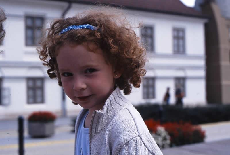 マジャール写真集の中から。子どもの何気ない瞬間を捉える。