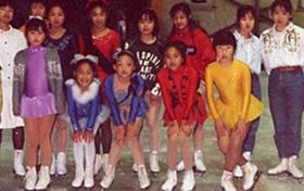 小5のフィギュアスケート発表会。前列右から4番目の白リボンに白いふわふわ、白タイツの愛香さん。