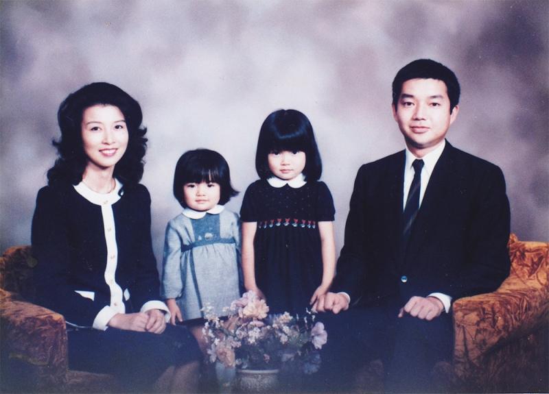 二人姉妹として育ったが、幼少期からスカートが嫌いだった。