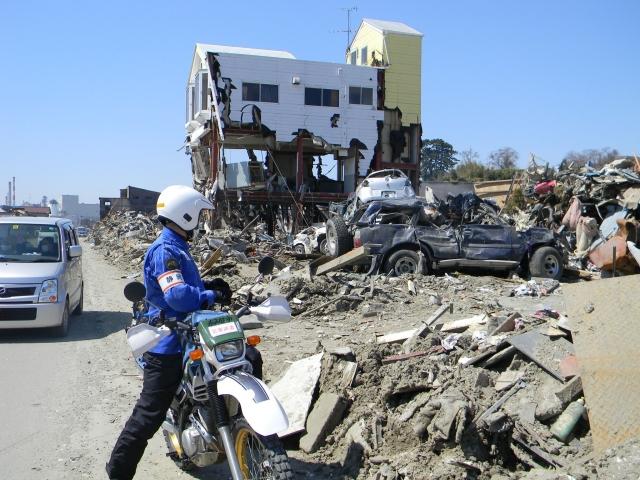 東日本大震災の被災地にて被害状況を調査する隊員