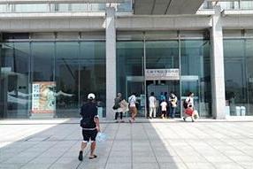 国の重要文化財である本館の耐震工事に併せて、展示の全面的な更新を今後5年間で行う。取材時は「はだしのゲン」原画展を開催していた。
