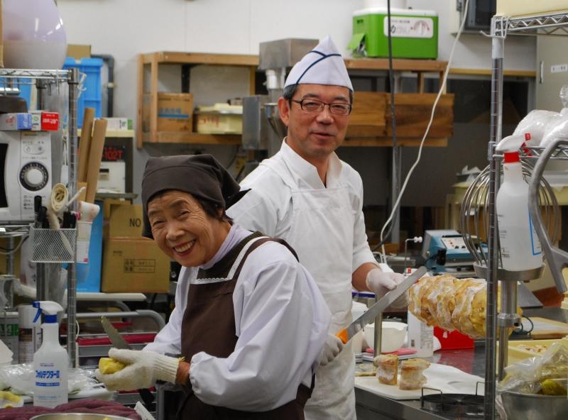おかし工房木村屋の木村昌之さんとお母さん。厨房のすてきな笑顔から「おいしい」がたくさん生み出される