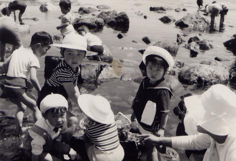幼稚園時代(右)。自然に囲まれて育った。