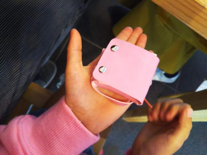 こちらが、いただいた手作りのミニチュアランドセル。4歳の娘の小さな手に収まる可愛らしいランドセル。