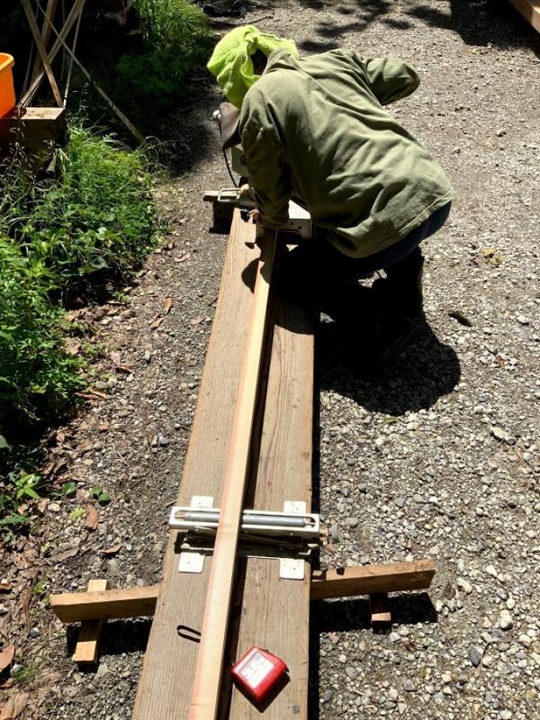 木材をカットする義父。義父の仕事姿を初めてみました。カッコいい!