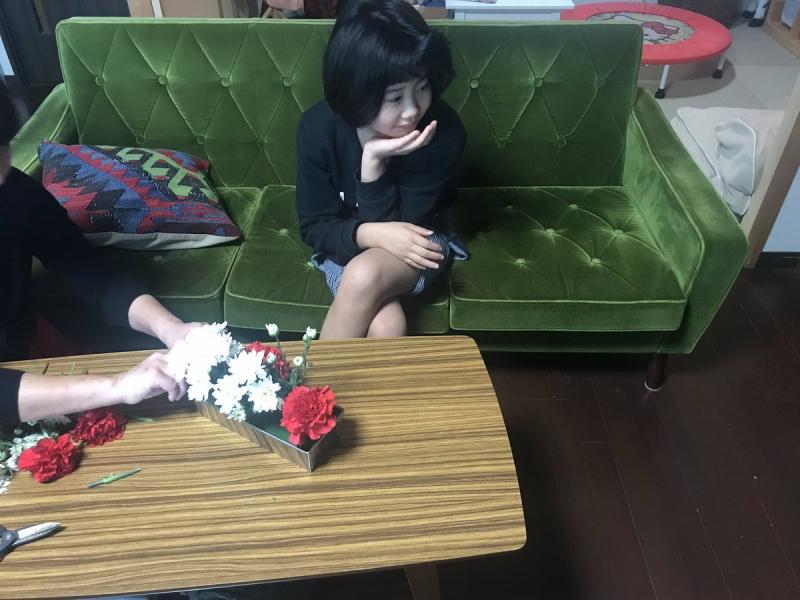 テレビを見ながら片手間でお正月用の花を生ける(花を渡すとオアシスに刺してくれます)娘