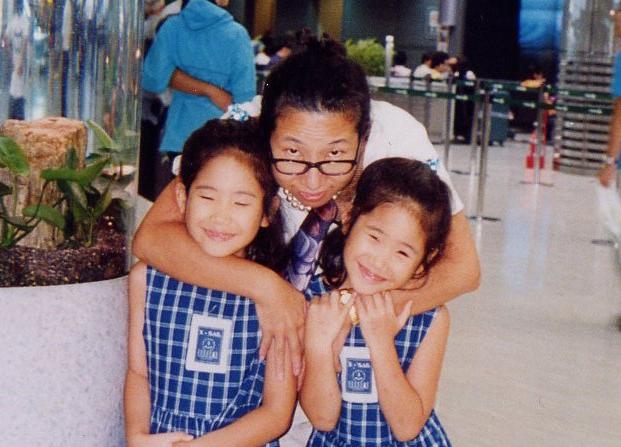 双子の娘を女手ひとつで育てながら音楽活動を続けてきた。