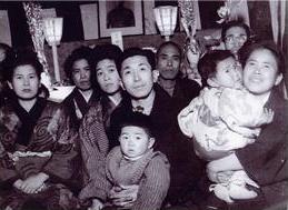 抱っこしているハンサムなお父上・岩次郎さん(中央)、左隣がお母様