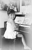 4歳頃、オルガンを弾くのが好きだった