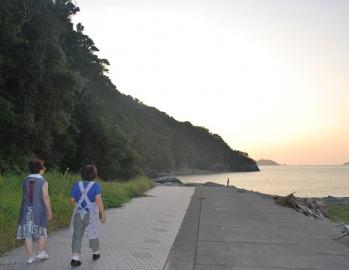 坂手島・静かな浜で島の奥様と話...