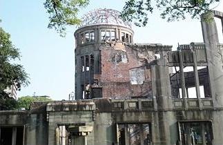 平和記念資料館の近くに建つ原爆ドーム。この建物のほぼ直上約600メートルの空中で爆発し、小さな子どもからお年寄りまで非常に多くの人々の生命が失われた。