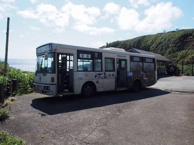 八丈島の路線バス。「足湯 きらめきの湯」のバス停にて撮影