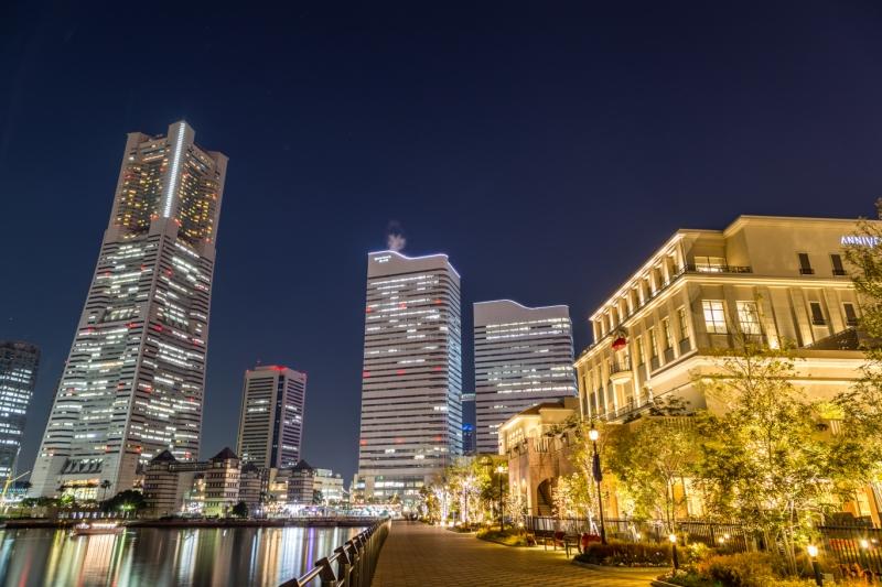 遊歩道から横浜ランドマークタワーを望む