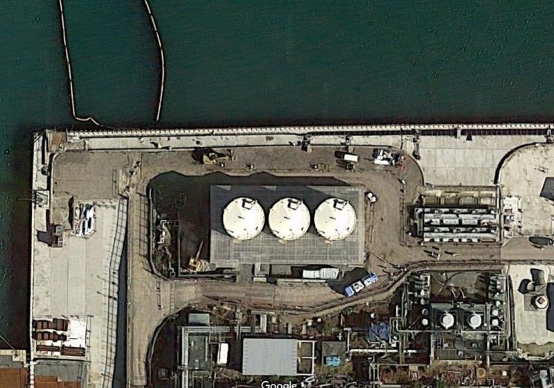 なぜか海の近くに設置さた集水タンク。タンク下部には目隠し(Google Mapに加筆)