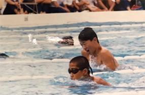 3歳から泳ぎ、小学生では選手コースに通った。