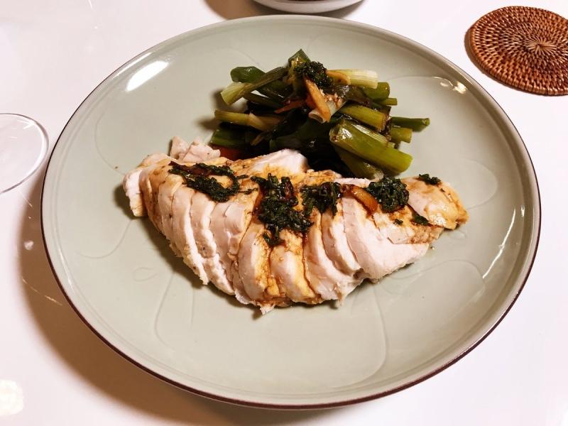 ネギ、ショウガを敷いた上に鶏むね肉を置いてを入れて火にかけただけ。黒酢で作ったタレで。