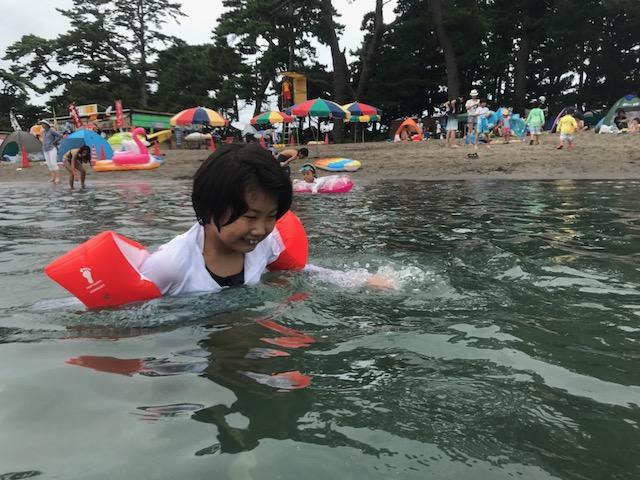 戸田の海水がおいしいらしく、少しなめてはニヘニヘ笑う娘。かーわいい♪