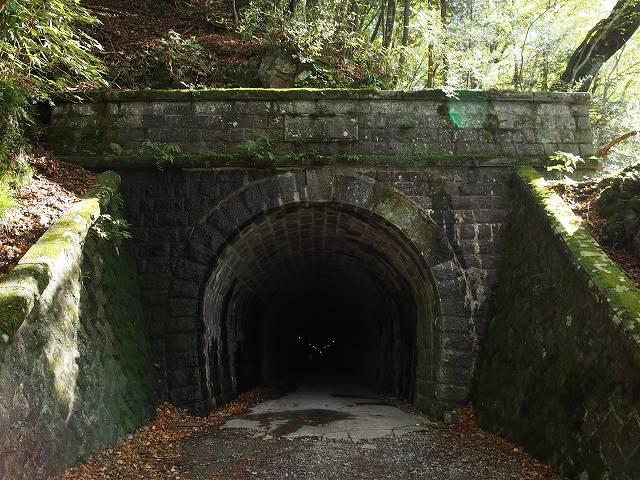 旧天城トンネルの北側入口。登り口はトンネルに向かって右側にあります