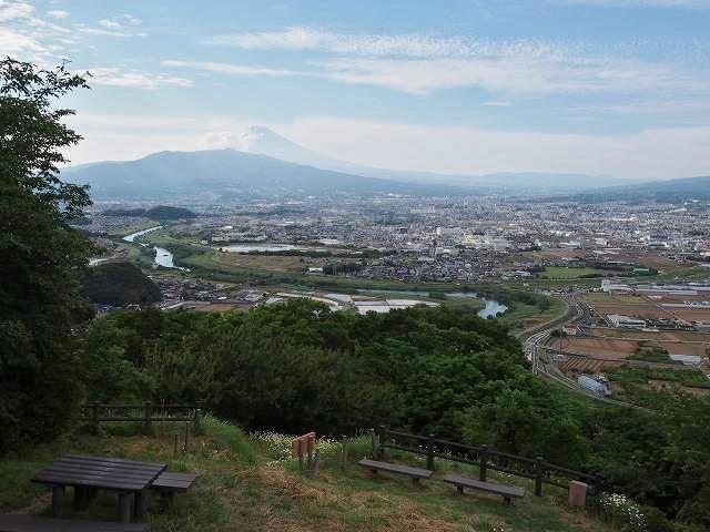 大きな富士山が見えます。手前に蛇行するようにあるのは、伊豆半島を貫くように流れる狩野川です