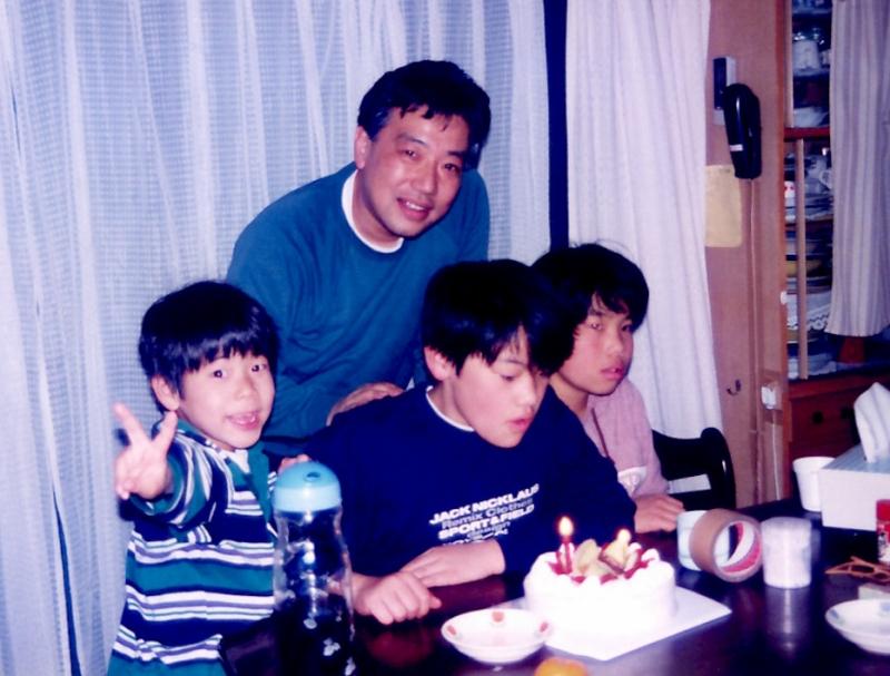 小さな頃から環境活動家の父に憧れていた。(一番左)