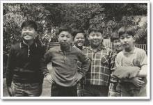 6年生の男の友達と。ニットのセーターを手にする広瀬さん。男の子の中でも器用さは一目置かれる存在だった