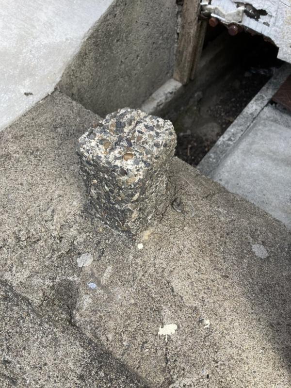 一瞬古い天然石に見えましたが、小石の入ったコンクリートですね。