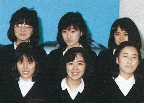 高校当時から目立つクールな美少女。(後方真ん中が大坪さん)