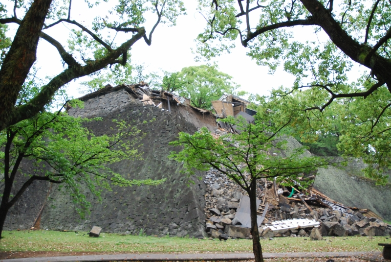 熊本城建造当時の櫓と石垣が崩壊(2016年4月)