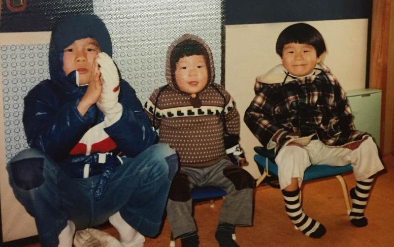 左は6歳上の兄、真ん中は2歳下の弟、右が6歳頃のゴンさん。チェックの服が大好きで初めて買ったレコードもチェッカーズ!